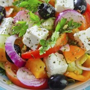 grecka-salatka-z-nasionami-konopi