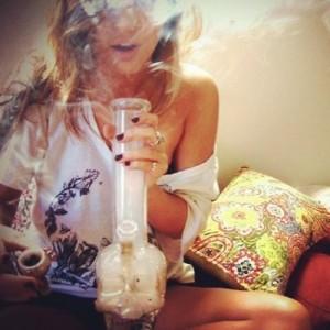 palenie-marihuany-z-bongo